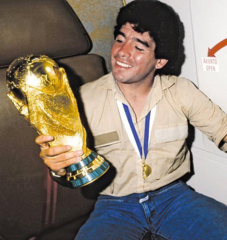 Maradona no quería despegarse de la Copa, en el vuelo de regreso a la Argentina