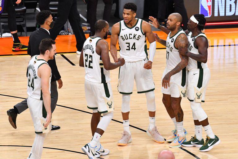 Pat Connaughton, Khris Middleton, Antetokounmpo, P. J. Tucker y Jrue Holiday, responsables de una gran levantada de Milwaukee Bucks en la final de la NBA: perdía por 2-0 y gana por 3-2 contra Phoenix Suns.