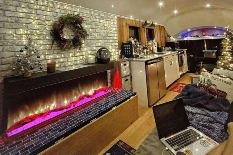 El hogar del bus remodelado y una ornamentación navideña