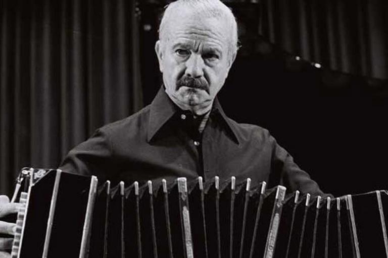 El bandoneonista y compositor Astor Piazzolla cumpliría 99 años. Fuente: La Nación.