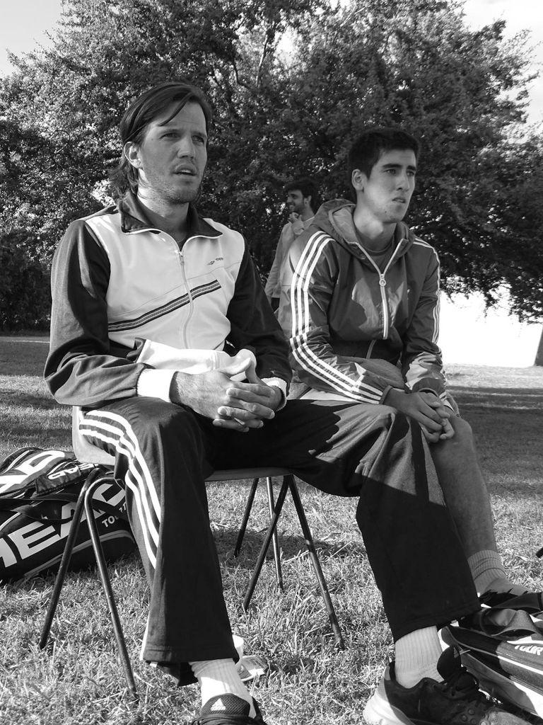 """Otros tiempos: el tenista Franco Feitt, suspendido de por vida por arreglo de partidos, junto con Juan Pablo """"Polaco"""" Brzezicki, cuando se entrenaba en su academia."""