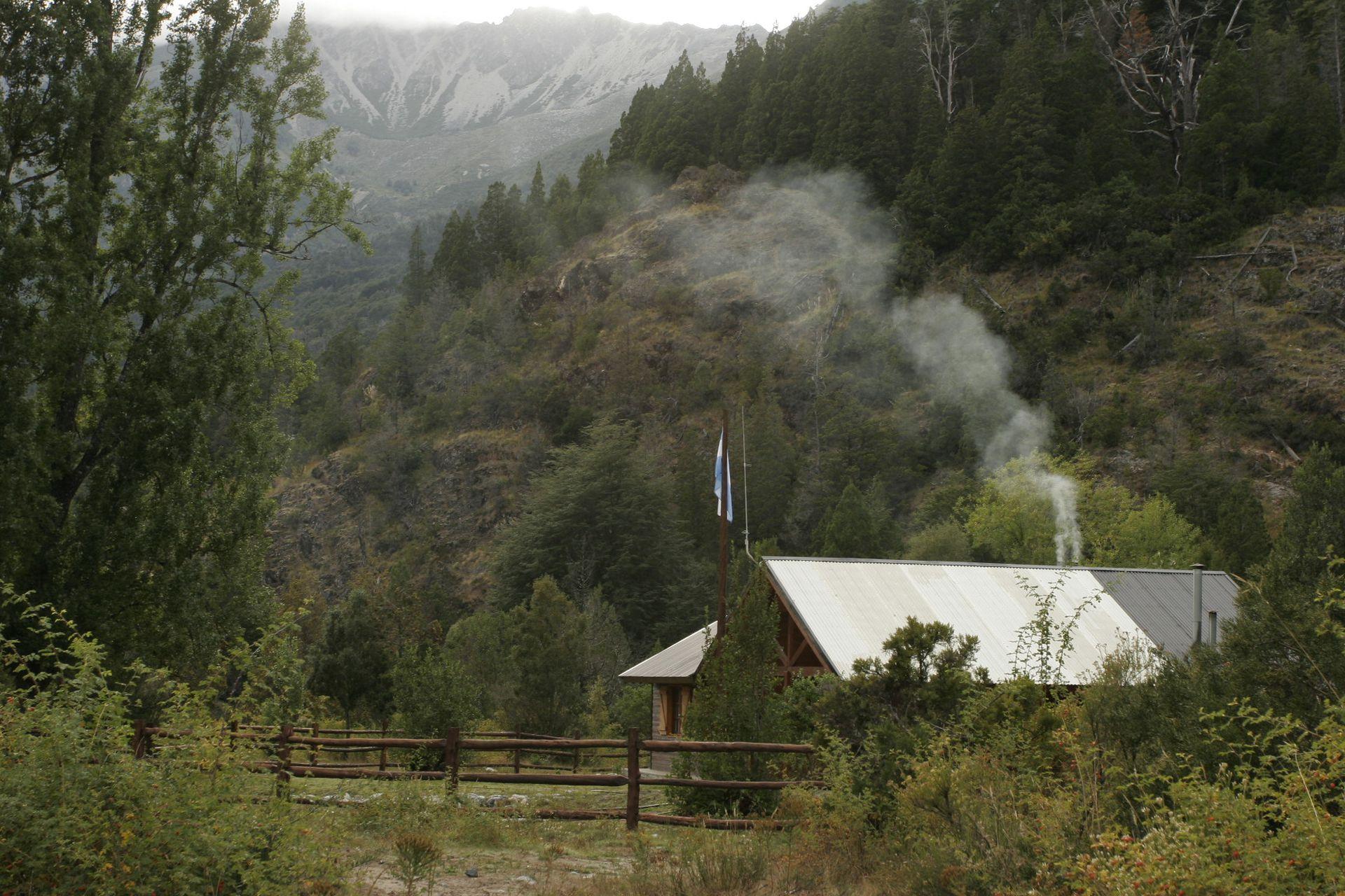 La chimenea humeante de una de las pocas casas de la localidad chubutense.