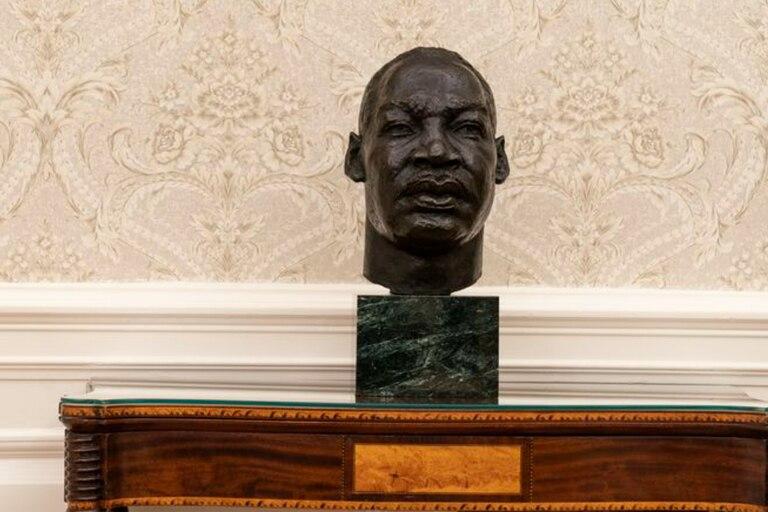 La decoración del Salón Oval de Biden incluye un busto del líder de derechos civiles Martin Luther King Jr.