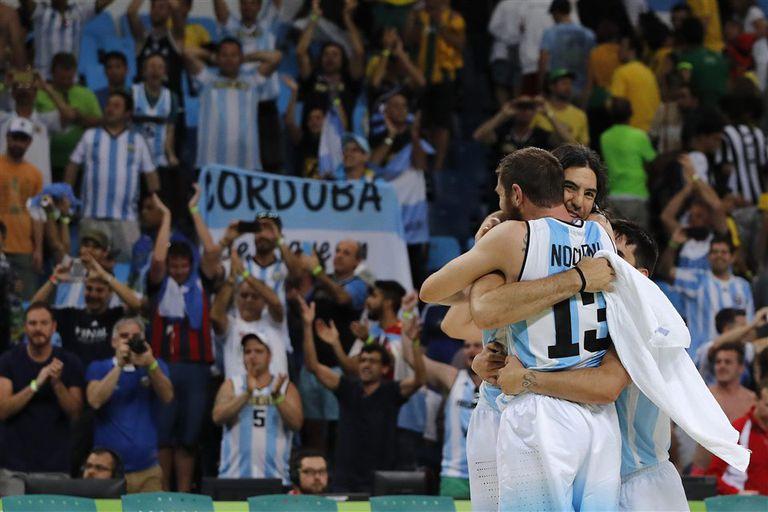 Un símbolo: el abrazo del final entre Scola, Nocioni y Campazzo