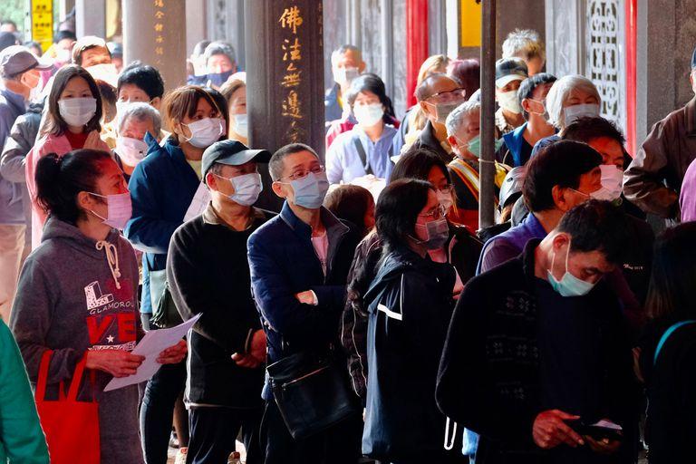 Personas hacen filas en un templo en Taipei, Taiwán