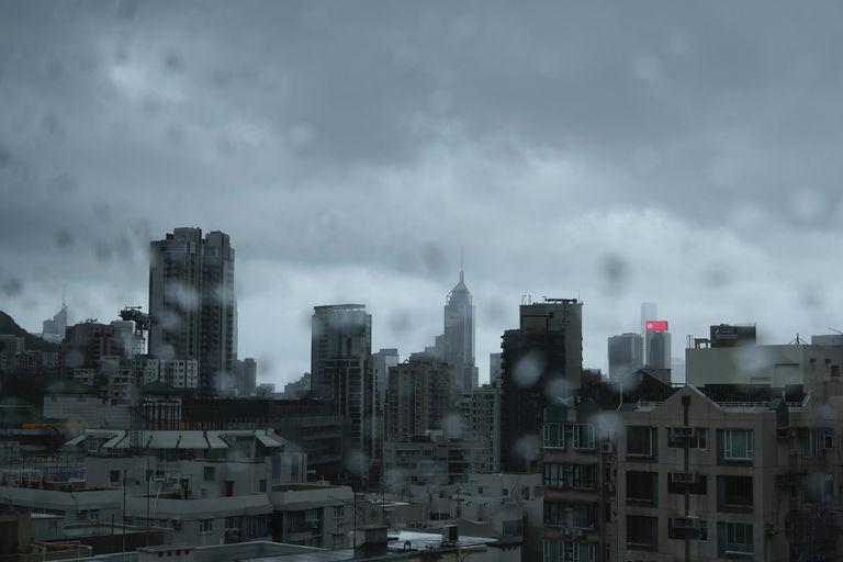 El tifón Kompasu en Hong Kong el 13 de octubre del 2021.  (Foto AP/Vincent Yu)