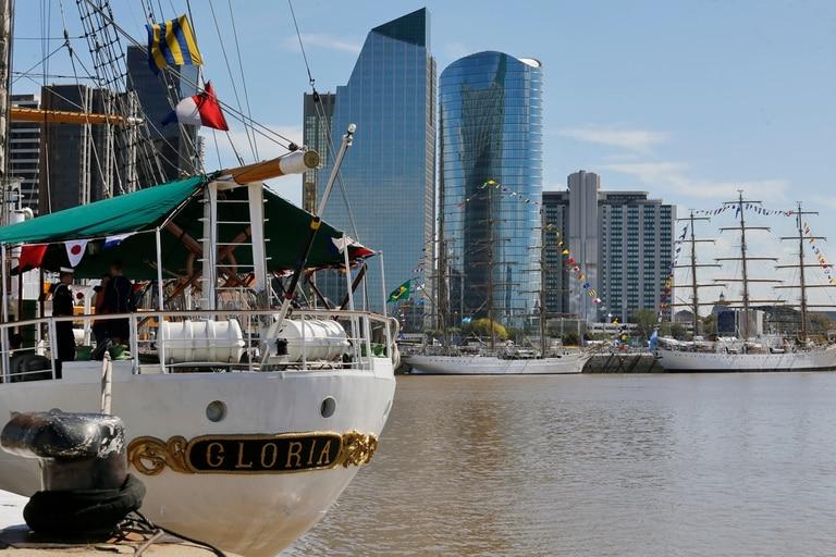 Gloria de Colombia. De fondo Cisne branco de Brasil y Fragata Libertad