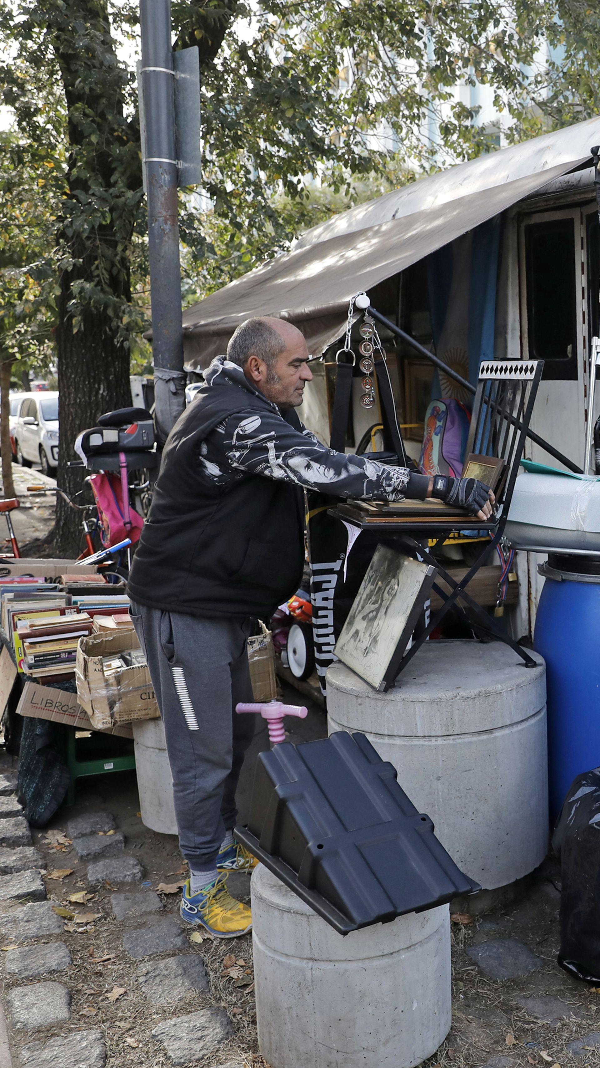 Se quedó sin trabajo, no pudo pagar más el alquiler y se fue a vivir a un  camión - LA NACION