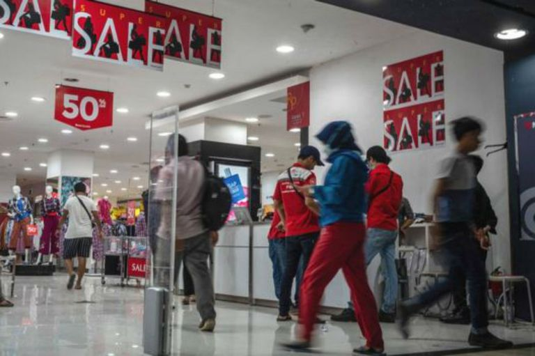 Los hijos de Salilmun trabajan en fábricas produciendo bienes que se venden en los gigantescos centros comerciales de Yakarta.