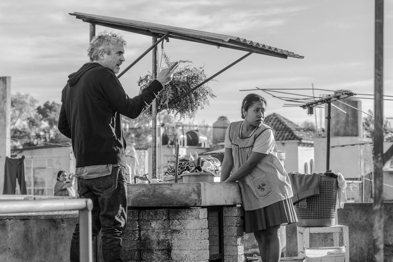 Alfonso Cuarón dirige a Yalitza Aparicio en una escena de Roma