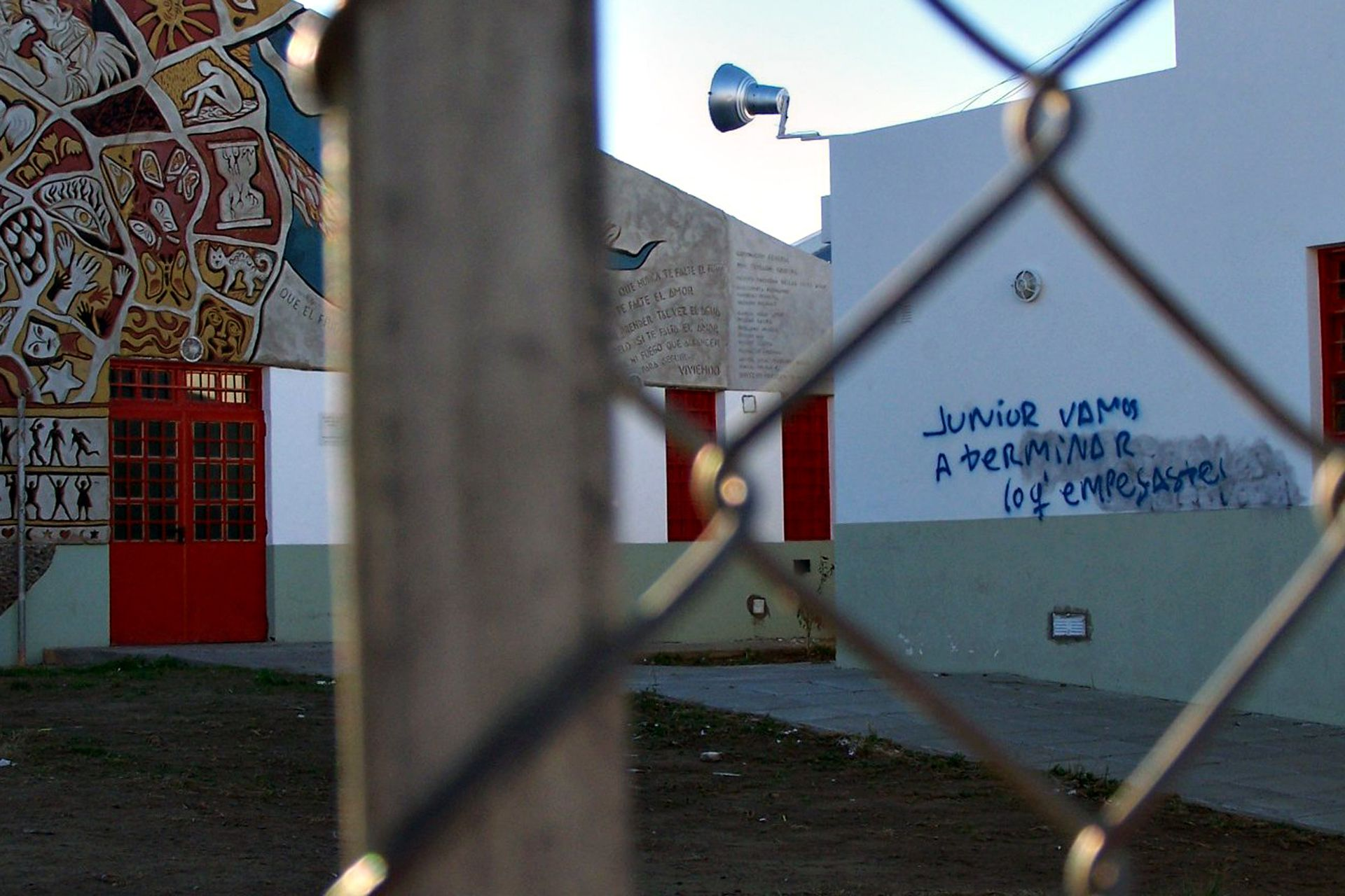 Pintadas en una de las paredes de la escuela