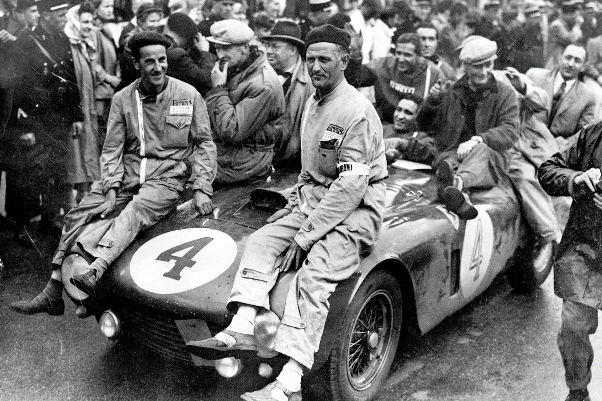 José Froilán González y Maurice Trintignant, ganadores de Le Mans con Ferrari (1954).
