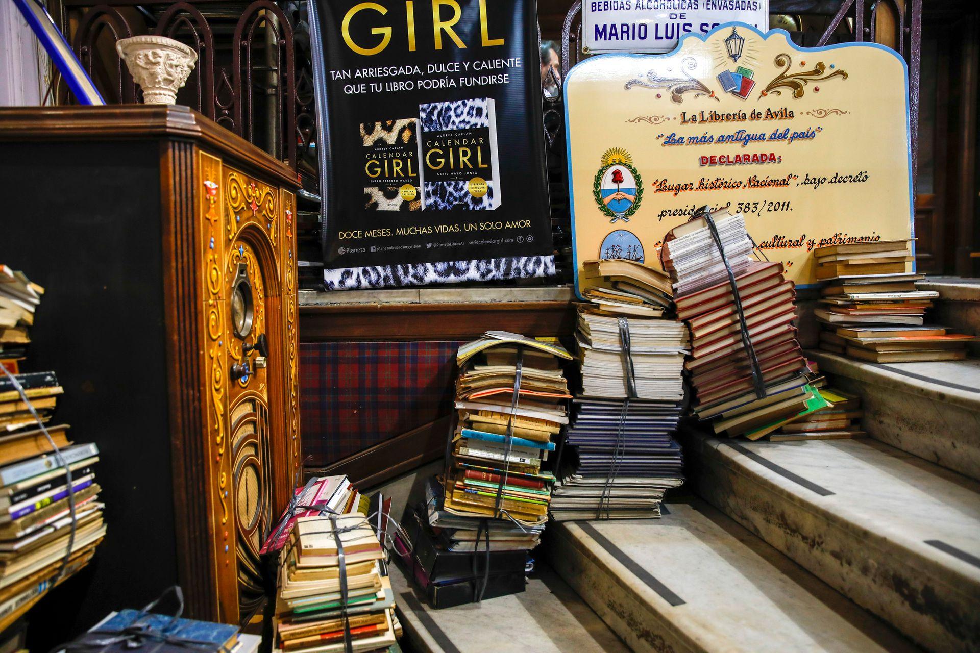En los estantes, es el piso, en las escaleras; los libros inundan el local