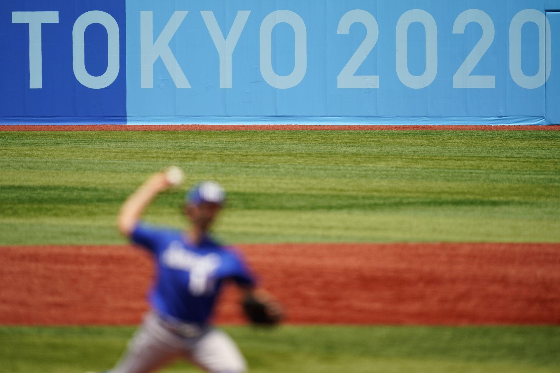 Joseph Wagman, de Israel lanza, durante un juego de béisbol contra Corea del Sur en Yokohama