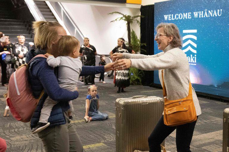 Reencuentro de familiares tras la medida tomada por los gobiernos de Australia y Nueva Zelanda que permitía viajar entre ambos países sin tener que efectuar cuarentena; la medida tuvo que ser limitada