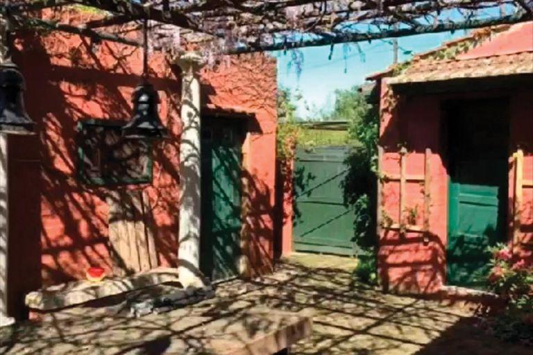 Un patio interno con pérgola y enredaderas, uno de los lugares preferidos de la actriz