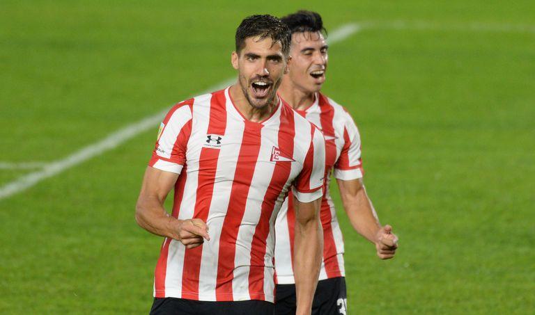 Fabián Noguera festeja su gol, el 2-0 de Estudiantes ante Platense por la Copa de la Liga Profesional