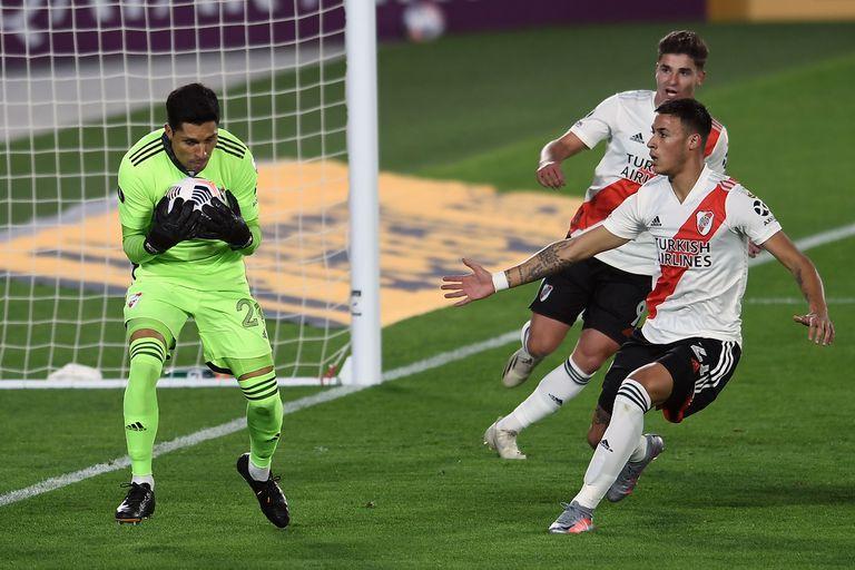 Enzo Pérez controla el balón, en una de las pocas veces que debió intervenir