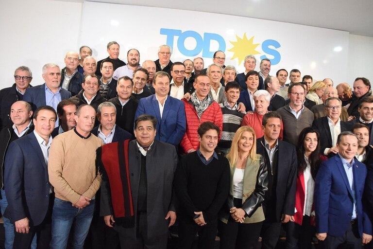 Axel Kicillof y los intendentes del Frente de Todos, en una imagen de finales del año pasado; el debate por las re-reelecciones empieza a calentarse