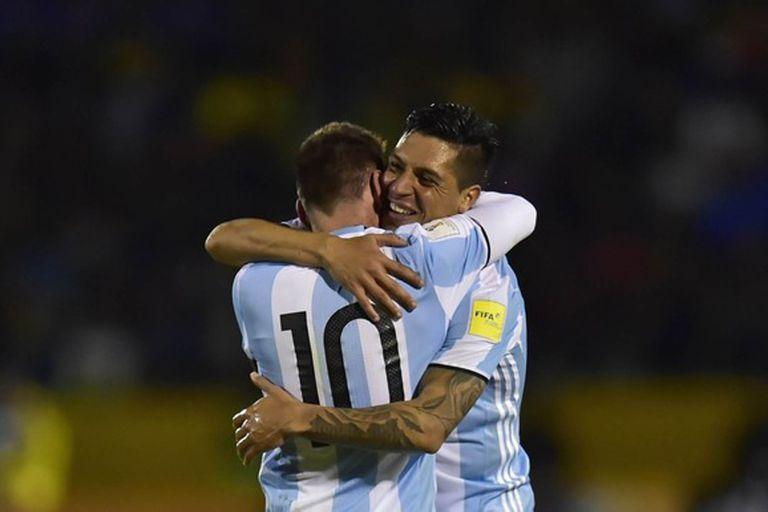 El abrazo de Enzo Pérez y Lionel Messi tras la victoria 3-1 frentre a Ecuador que depositó a la selección en el Mundial de Rusia 2018