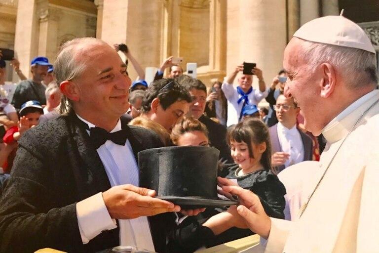 """El Papa Francisco le bendijo su galera: """"Los de seguridad del Vaticano me miraban raro""""."""