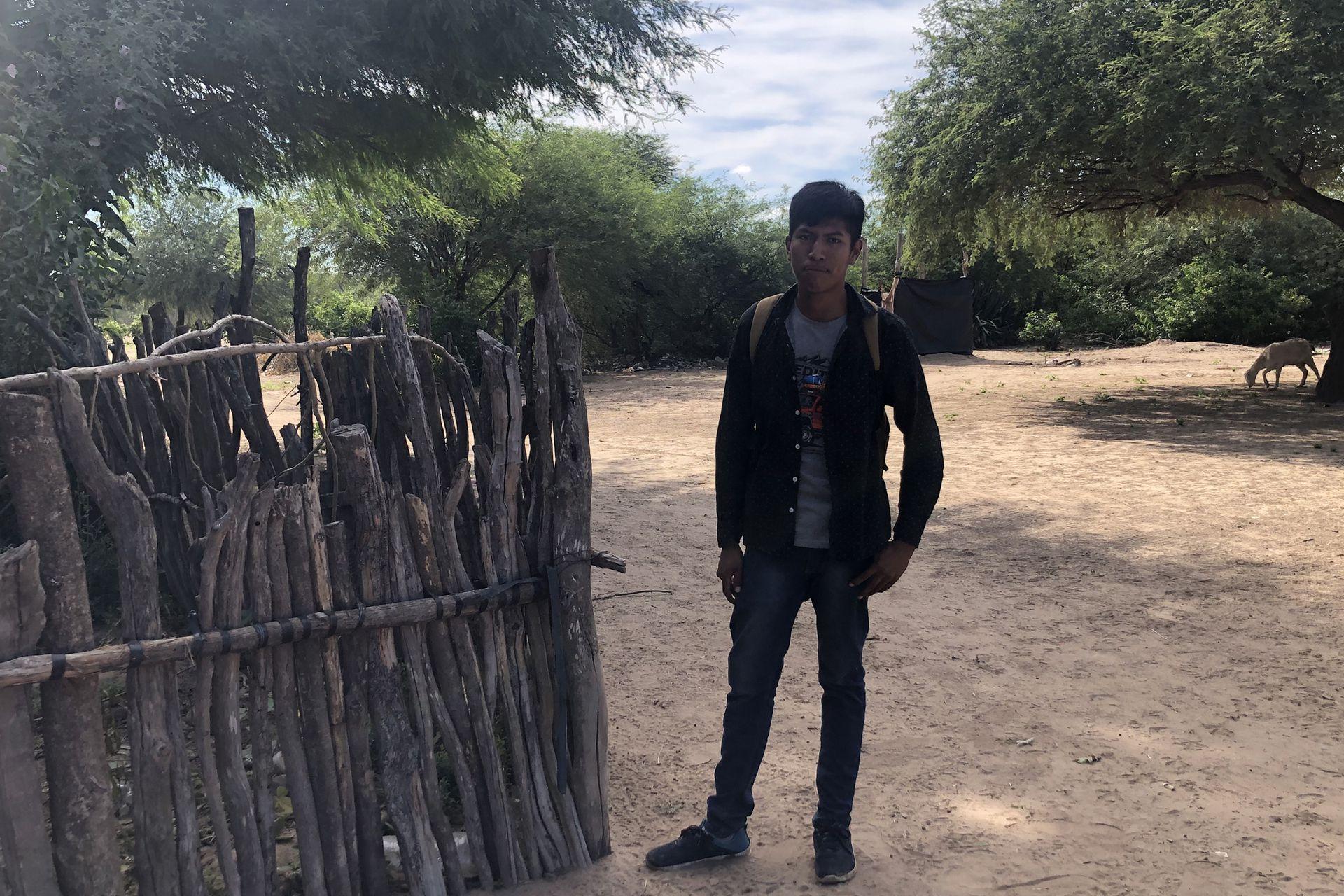 Kevin Díaz camina todos los días un kilómetro para llegar a la escuela en la comunidad Wichi de Puntana, en Salta