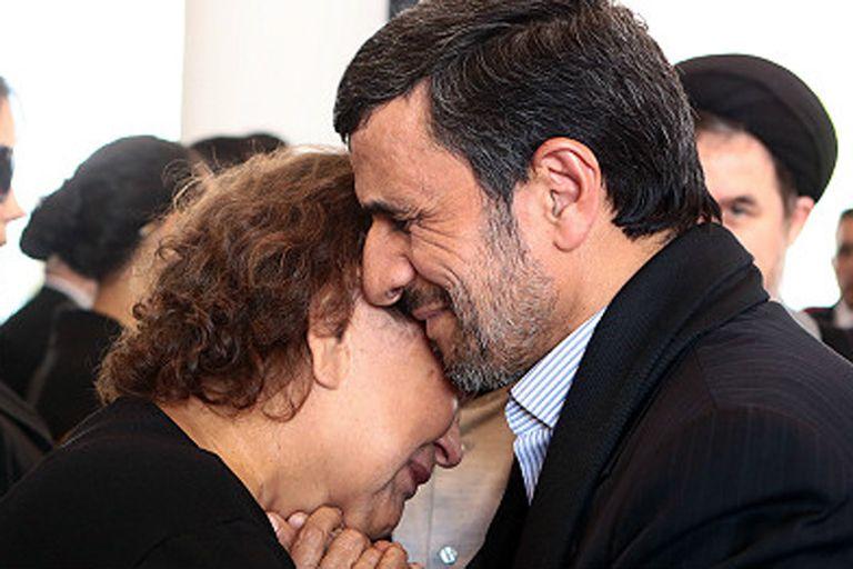 El ex presidente iraní despertó un debate cuando abrazó a la madre de Chávez en su funeral