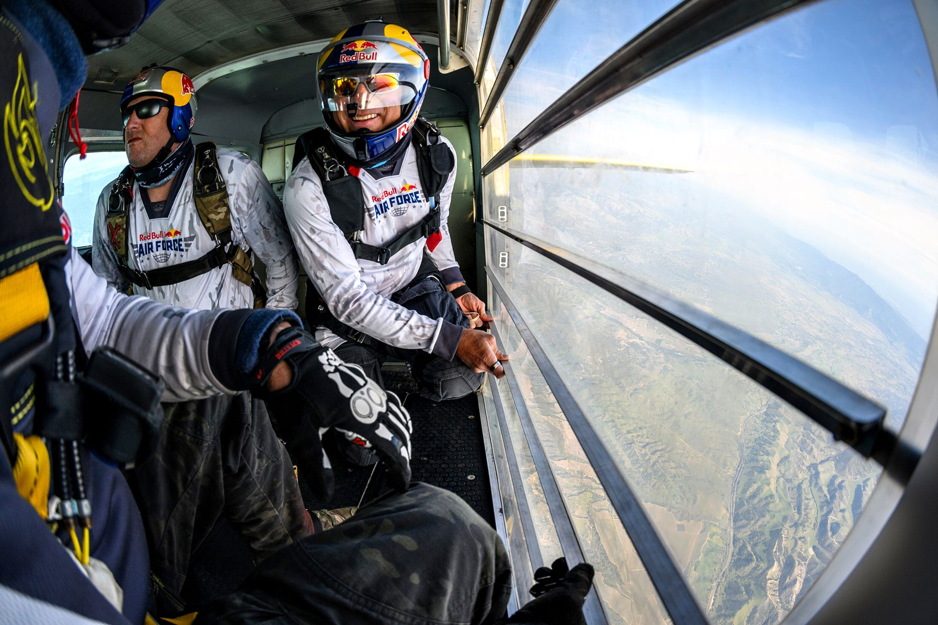 Los paracaidistas se alistan para saltar desde el avión sobre Los Alamos, en California, EE. UU.