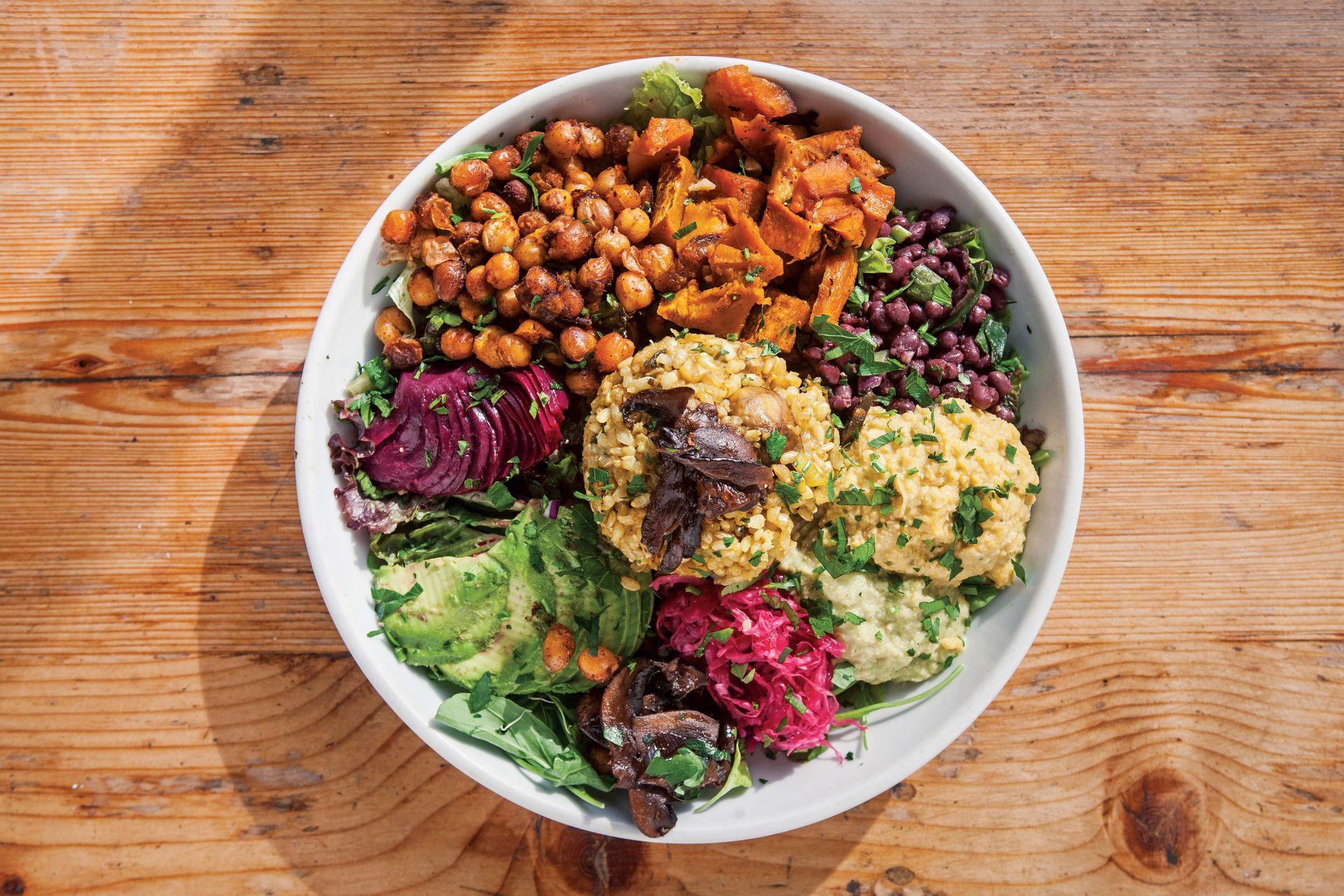 Ensalada superproteica: hongos shitake, hummus de calabaza, porotos aduki, albahaca, calabazas asadas, garbanzos crujientes, remolachas, rúcula y palta.