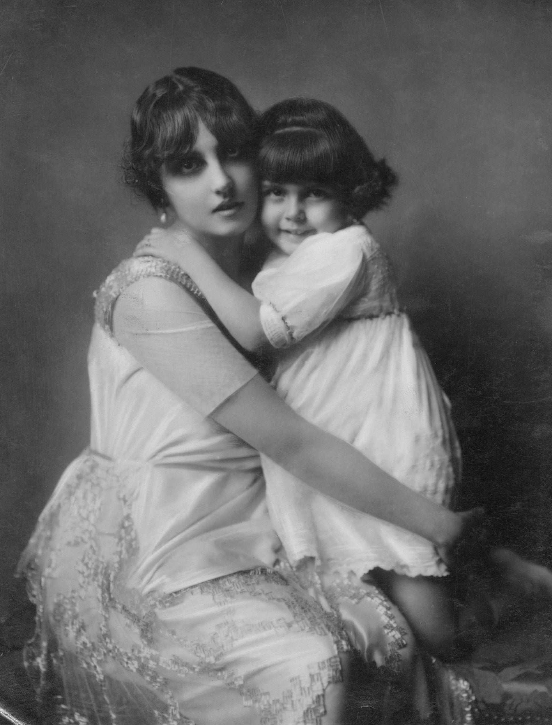 Justa Dose de Zemborain y su hija Esther, fotografiadas por Van Riel. 1920.