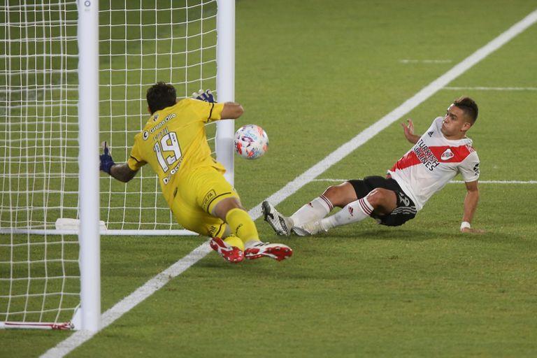 Rafael Santos Borré anota el primer gol en un partido frente a Rosario Central