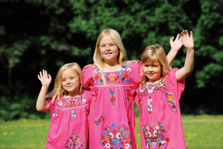 Un recuerdo de las princesitas, cuando aún se vestían con la misma ropa, en Villa Eikenhorst, donde sus padres decidieron criarlas cerca de la naturaleza y lejos de los flashes. Allí vivieron quince años.