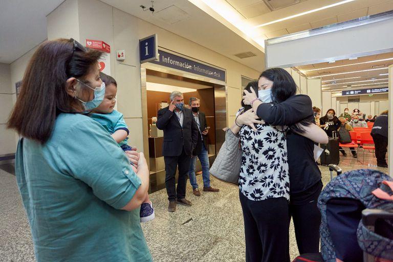 Mariana volvió a verse con su familia, en especial con su hermana Emilia, quien la esperaba para ser la madrina de su hijo. Bronca y dolor por tantos meses de incertidumbre