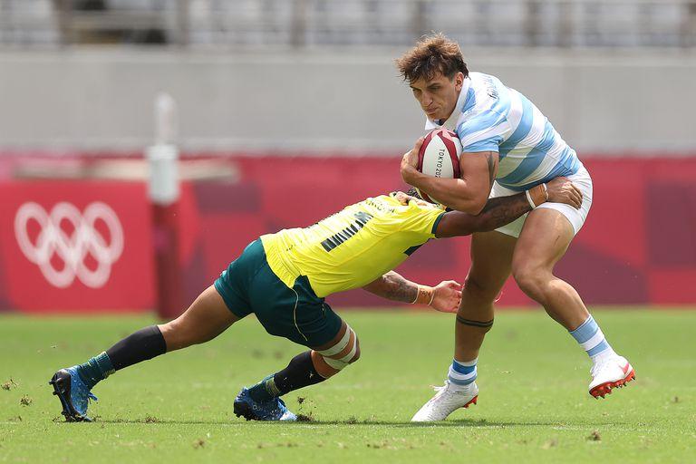 Luciano González es tackleado por Maurice Longbottom durante el partido que disputan Argentina y Australia en debut del Seven en Tokio 2020.