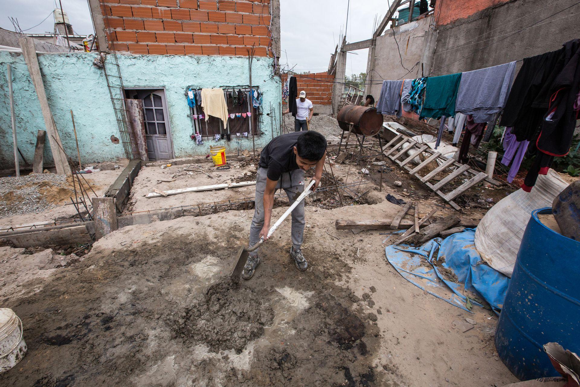 En la casa de Sonia, apuran la echada de cemento antes de la lluvia