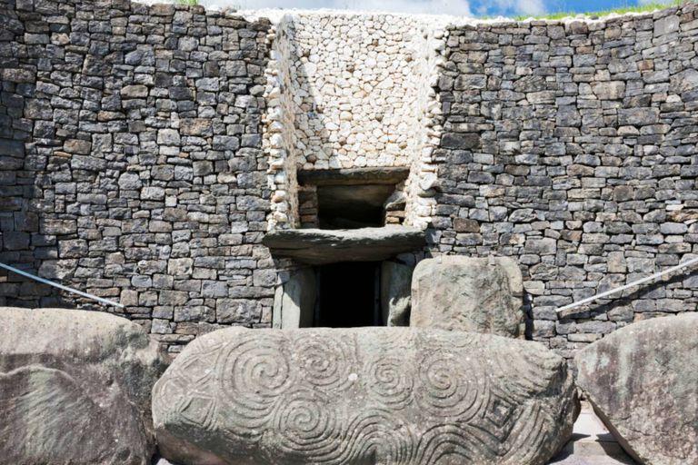 Newgrange fue construido enteramente con piedras, y quienes fueron sus autores es algo que aún es un enigma para los arqueólogos