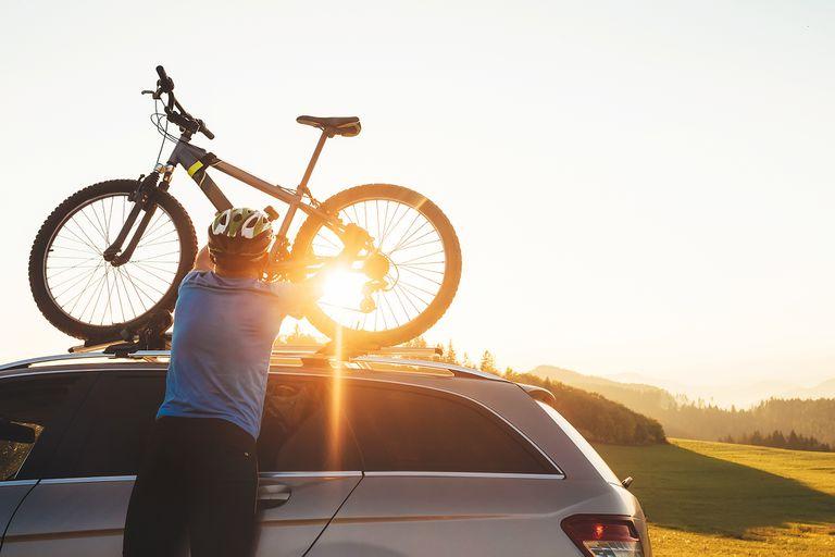 La forma más segura de transportar la bici es en el techo del auto