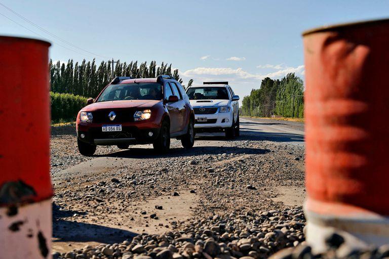 Todos los días, a cualquier hora se producen largas filas de vehículos que deben sortear los puentes en construcción