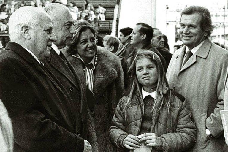 Máxima Zorreguieta junto a su padre Jorge (izquierda) y su madre en la 94 exposición Rural de Buenos Aires, en el año 1980