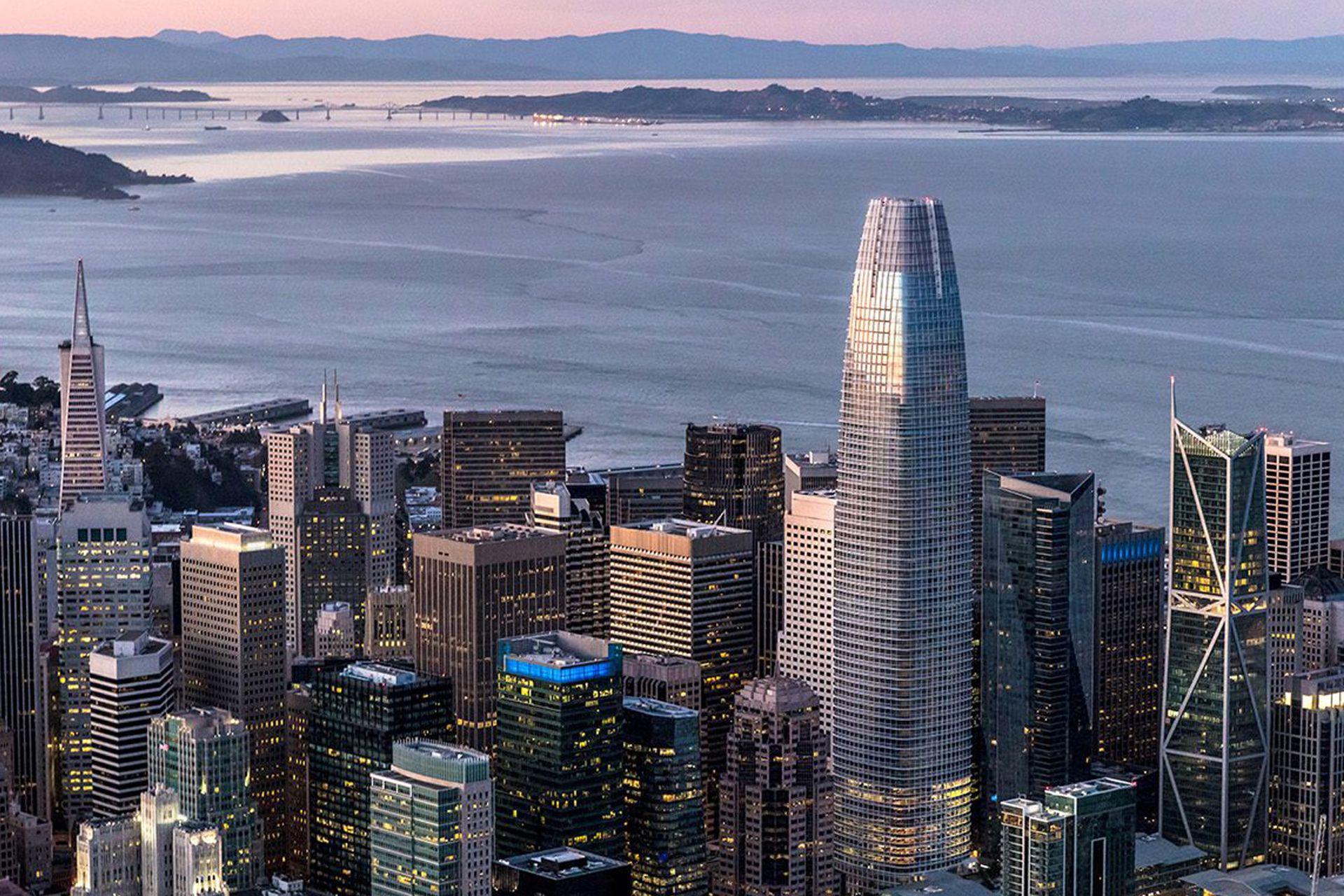 """La torre """"Salesforce"""" en San Francisco, EE. UU. finalizada en 2018"""