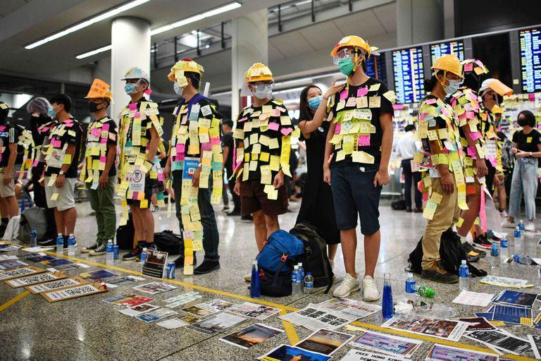 Los manifestantes llevaron ayer su protesta al aeropuerto de Hong Kong