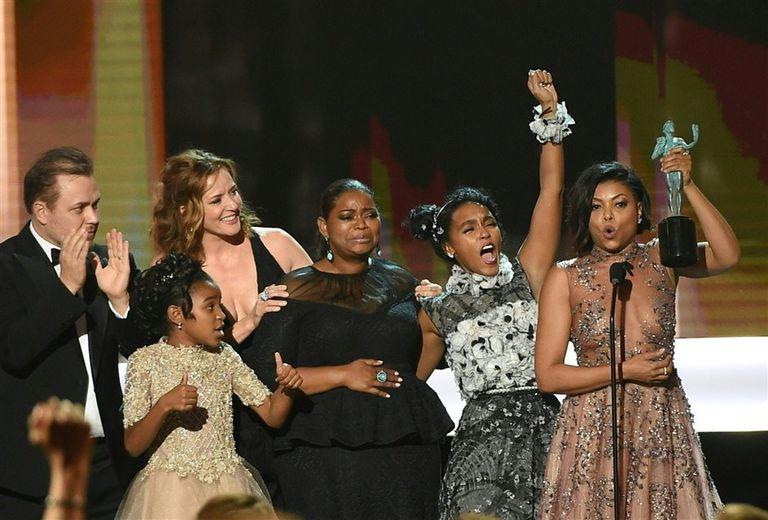 El elenco en pleno de Talentos ocultos al ganar el premio de la noche