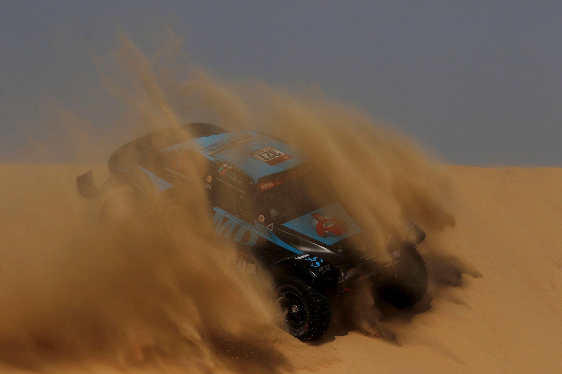 El piloto Pascal Thomasse en las dunas de la etapa 10