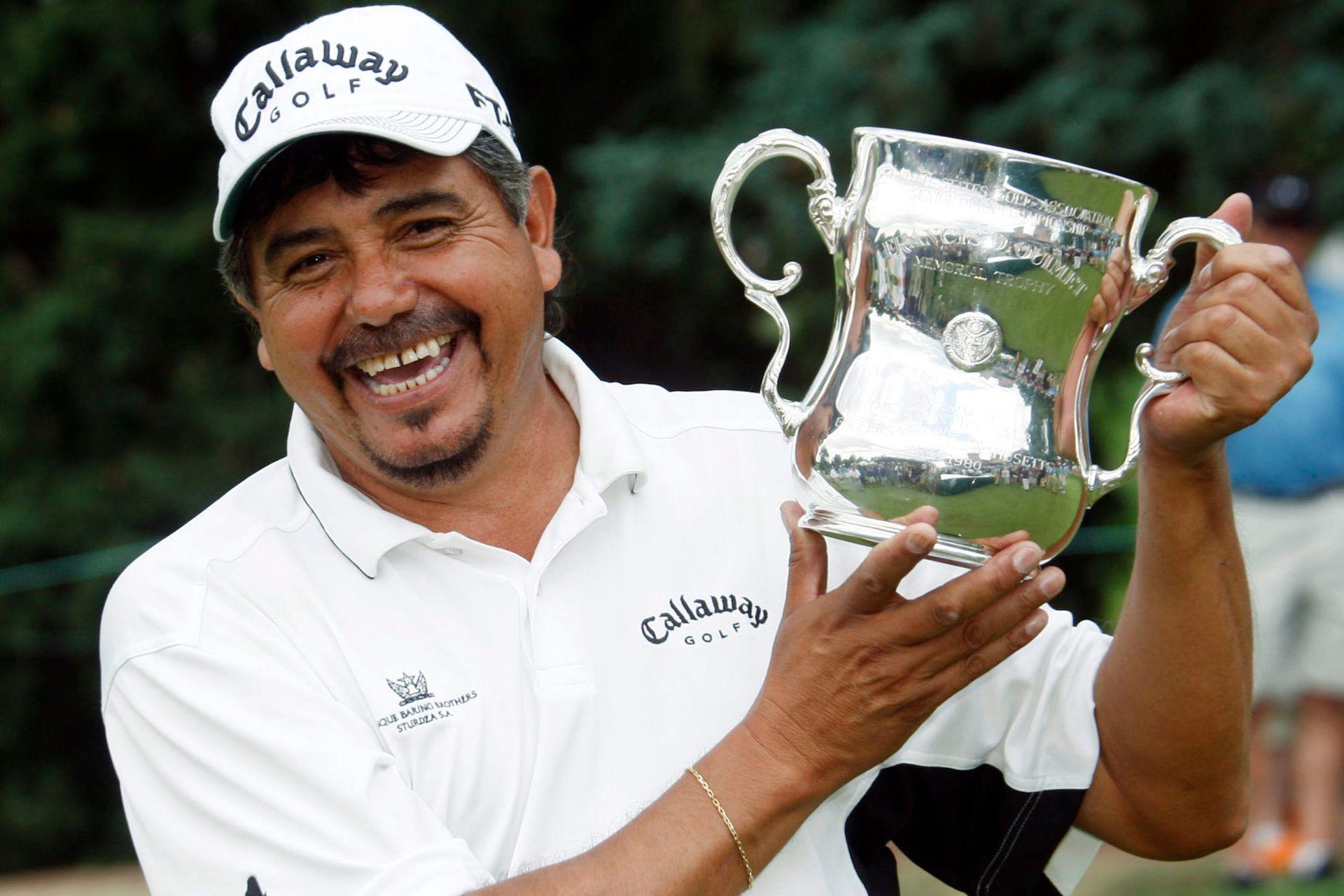 Eduardo Romero, de Argentina, sostiene el trofeo luego de ganar el campeonato de golf del Abierto Senior de Estados Unidos en The Broadmoor en Colorado Springs, Colorado, el domingo 3 de agosto de 2008.