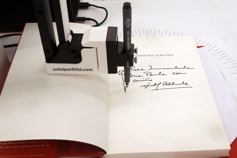 Libro autografiado: de puño y letra de Isabel Allende, pero hecho por un robot