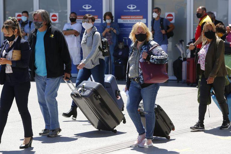 El Ministerio de Salud de la Nación sólo permitió el arribo del vuelo de hoy proveniente de Londres; los pasajeros y la tripulación, deberán cumplir una cuarentena de siete días, una vez que acrediten los requisitos exigidos para el ingreso al país