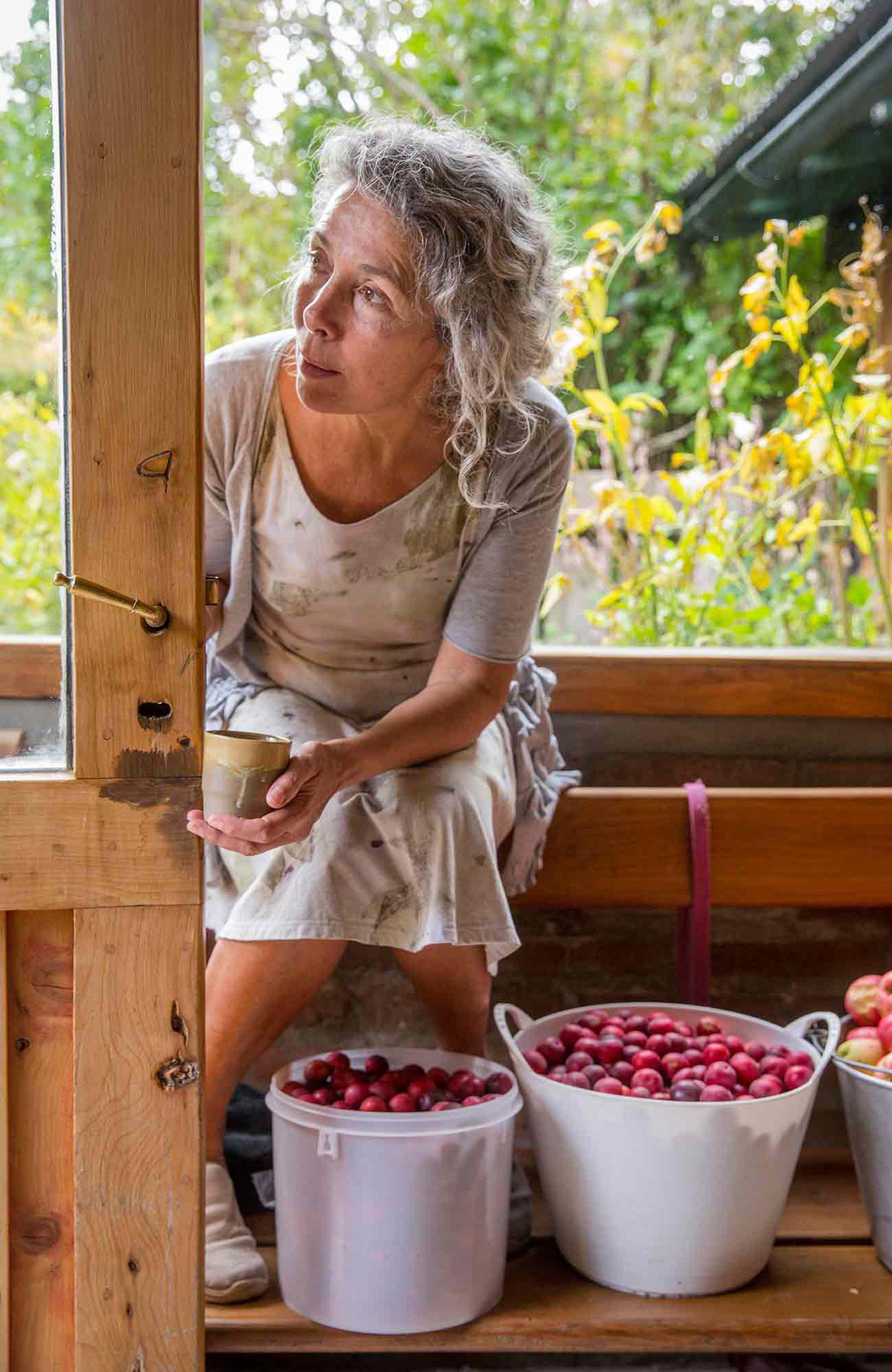 Ana Goñi luego de la cosecha de frutas en La Paciencia.