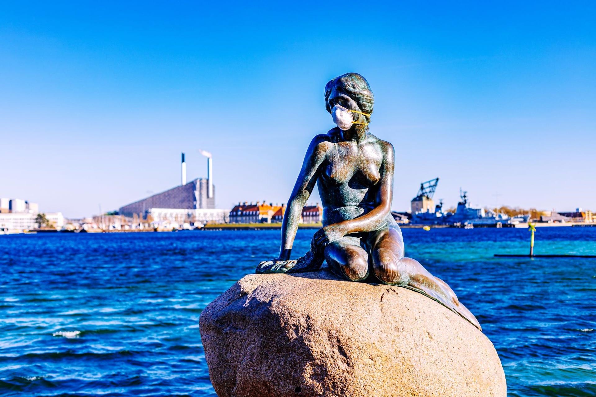 La Sirenita, uno de los sitios más visitados de Copenhague, en soledad y con barbijo