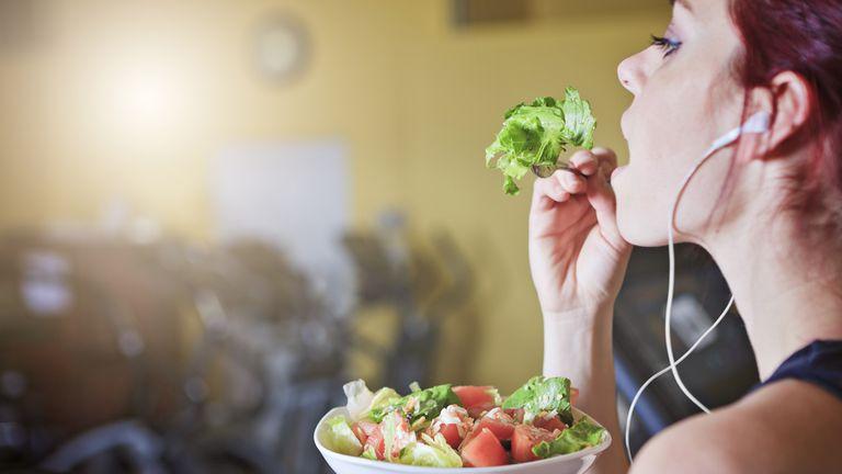 Comer a las apuradas puede hacerte sentir menos satisfecho