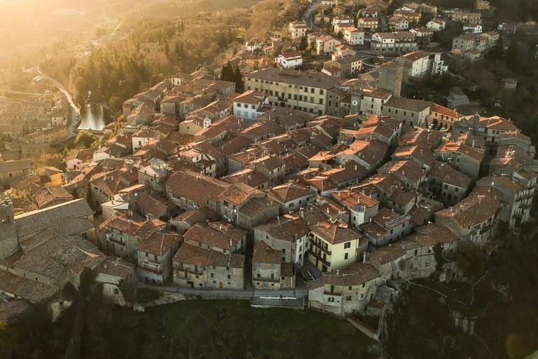 Las autoridades locales esperan incentivar el arribo de nuevos migrantes (Imagen aérea de Santa Fiora)
